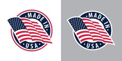 Plakat Wyprodukowano w USA (Stany Zjednoczone). Skład z amerykańską flagą na znaczek, etykietę, pinezkę itp. Warianty na jasnym i ciemnym tle.