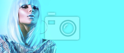 Plakat Wysokiej mody modela dziewczyna w kolorowych jaskrawych neonowych światłach pozuje w studiu. Portret piękna seksowna kobieta w białej peruce i srebnym modnym rozjarzonym makeup