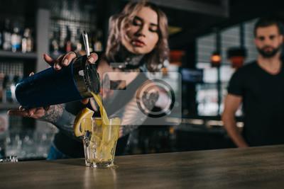 Plakat wytatuowany barman przygotowuje napój w barze