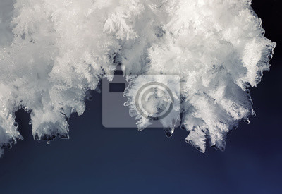 корка белого прозрачного снега на синем фоне