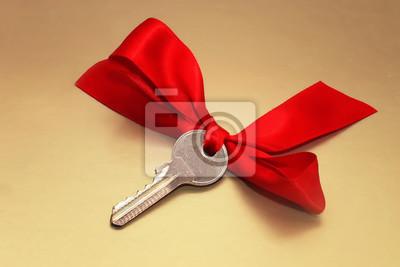 ключ с красным бантом на золотом фоне