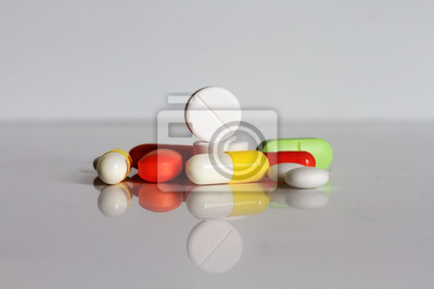 Plakat много разноцветных таблеток и капсул
