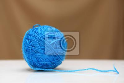 синий клубок ниток