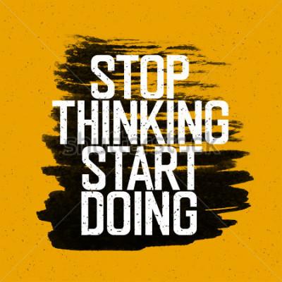 """Plakat Motywacyjny plakat z napisem """"Przestań myśleć Zacznij robić"""". Na żółtej papierowej teksturze."""