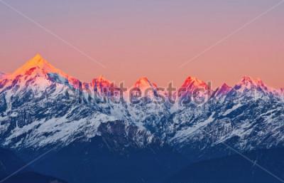 """Plakat scena zachodu słońca na szczytach górskich """"panchachuli"""" w indyjskich Himalajach"""