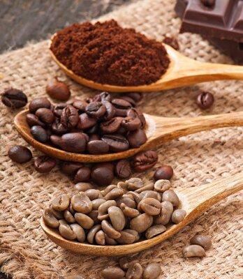zielona, palona i mielona kawa w drewniane łyżki