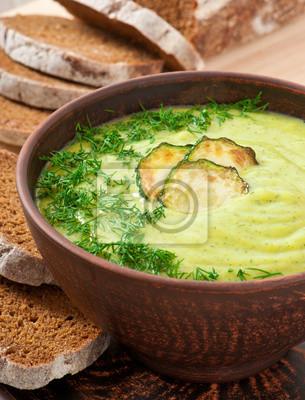 Zupa krem z cukinii w ceramiczną miskę
