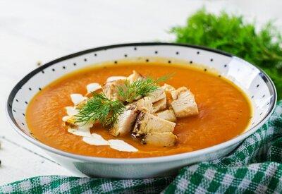 Zupa krem z dyni z kawałkami mięsa z kurczaka. Zdrowe jedzenie. Obiad.