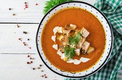 Zupa krem z dyni z kawałkami mięsa z kurczaka. Zdrowe jedzenie. Obiad. Widok z góry. Leżał płasko