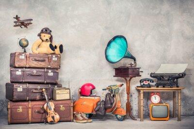 Plakat Zabawka retro misia w kapeluszu lotnika, drewniany samolot, klasyczne walizki podróżne, kula ziemska, hulajnoga dziecięca, gramofon, maszyna do pisania, zegar, telewizor, radio, stary telefon. Filtrow