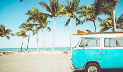 Plakat zabytkowy samochód zaparkowany na tropikalnej plaży (nad morzem) z deską surfingową na dachu - Wypoczynek w lecie. efekt retro kolor