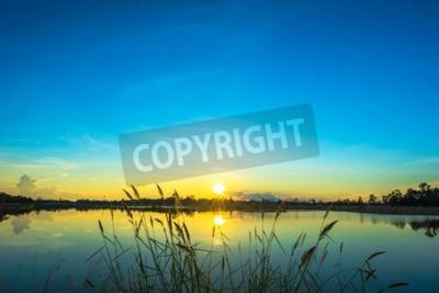 Plakat Zachód słońca krajobraz z nieba na spokojnym jeziorze