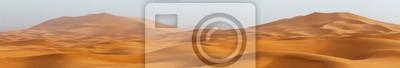 Plakat Zadziwiający panorama krajobraz pokazuje Erg Chebbi sanddunes pustynię przy Sahara Zachodnia Maroko