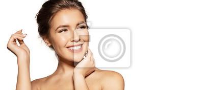 Plakat Zakończenie portret młoda uśmiechnięta ładna kobieta z ciemnymi oczami. Urocza kobieta z zmysłową szczęśliwą twarzą. Koncepcja pozytywnych emocji. Pojedynczo na białym tle