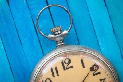 Plakat zamknąć się starym stylu zegarek kieszonkowy na niebieskim drewniane backround