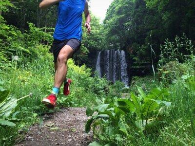 Plakat Zamknąć się szlak lekkoatleta z wodospadem w tle