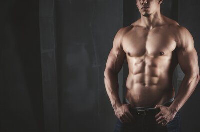 Plakat Zamknij się z Młody mężczyzna mięśni podnoszenia ciężarów