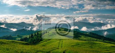 Plakat Zapierające dech w piersiach panoramę rano dzikiej przyrody wysoko w górach