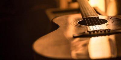 Plakat zbliżenie gitara akustyczna na pięknym kolorowym tle