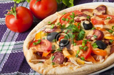 Zbliżenie z pizza z pomidorów, ser, oliwki czarne i papryki