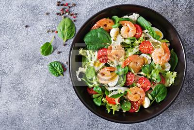 Zdrowa płyta sałatkowa. Świeży przepis na owoce morza. Grillowane krewetki i sałatka ze świeżych warzyw i jaj. Grillowane krewetki. Zdrowe jedzenie. Płaskie leżało. Widok z góry