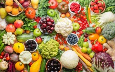 Plakat Zdrowe letnie owoce warzywa jagody tło, wiśnie brzoskwinie truskawki kapusta brokuły kalafior squash pomidory marchewka cebula dymka fasola burak, pieprz, widok z góry, selektywna ostrość