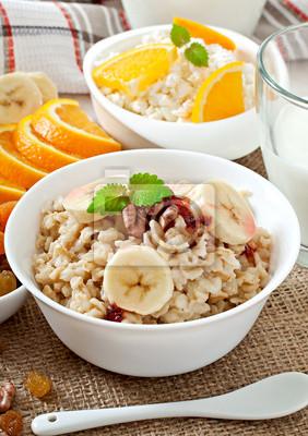 Zdrowe śniadanie - płatki owsiane, twaróg, mleko i owoce