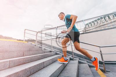 Plakat Zdrowego stylu? Ycia? Rednim wieku mężczyzna runner uruchomiony na górze na schody miasta. Vintage kolor