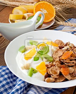 Zdrowy deser z musli i owoce na białym talerzu na TA