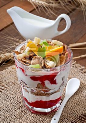 Zdrowy deser z musli i owoce w szklanej misce na karcie