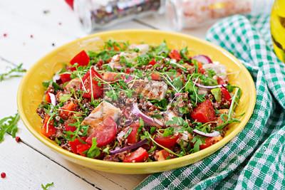 Zdrowy obiad. Salaterki obiad z grillowanym kurczakiem i quinoa, pomidorem, papryką, czerwoną cebulą i rukolą na białym tle.