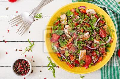 Zdrowy obiad. Salaterki obiad z grillowanym kurczakiem i quinoa, pomidorem, papryką, czerwoną cebulą i rukolą na białym tle. Płaskie leżało. Widok z góry