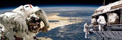 Plakat Zespół astronautów wykonujących pracę na polu station.- elementy tego zdjęcia dostarczone przez NASA.