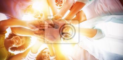 Plakat Zespół kreatywnych oddanie ich rąk razem