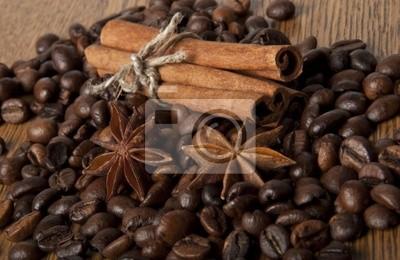 ziarna kawy i przypraw na drewnianym tle