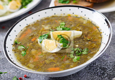 Zielona zupa szczawiowa z jajkami. Menu letnie. Zdrowe jedzenie.