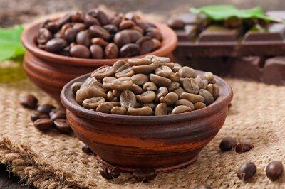 Zielony i brązowy ziaren kawy w kręgle