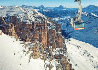 Plakat Zimą krajobraz z wysokich ośnieżonych gór