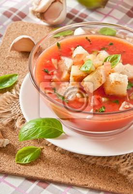 zimne gazpacho z grzankami czosnkowymi w szklanej miseczki