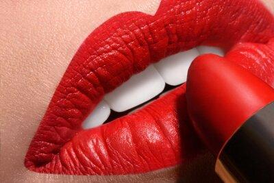 Plakat Zmysłowe usta otwarte z czerwonym tubki szminki