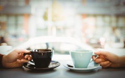 Plakat Znajomi trzymając filiżankę kawy