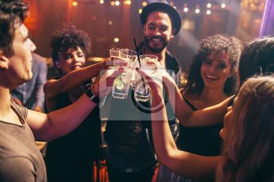 Plakat Znajomi uwzględniając napoje na imprezie klubowej nocy
