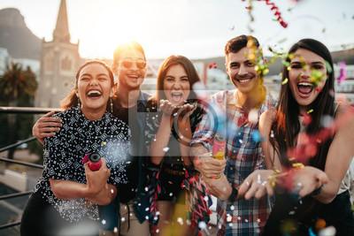 Plakat Znajomych korzystających imprezę i rzucanie konfetti