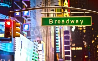 Plakat Znak Broadway i czerwone światło stop w Nowym Jorku w nocy