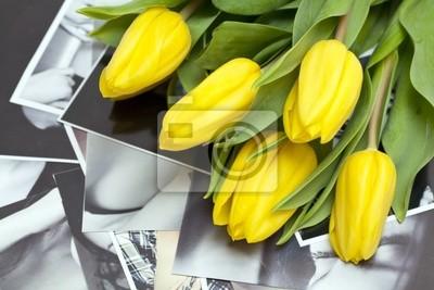 Plakat żółte tulipany leżącego na czarno-białych fotografii