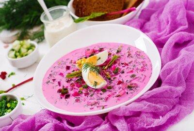 Zupa buraczana na zimno (buraki) na jogurt z jajkiem, cebulą i ogórkiem.
