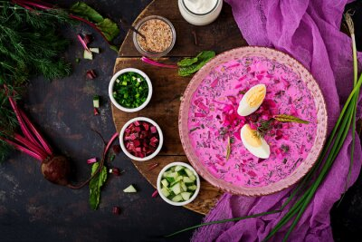 Zupa buraczana na zimno (buraki) na jogurt z jajkiem, cebulą i ogórkiem. Płaskie leże. Widok z góry.