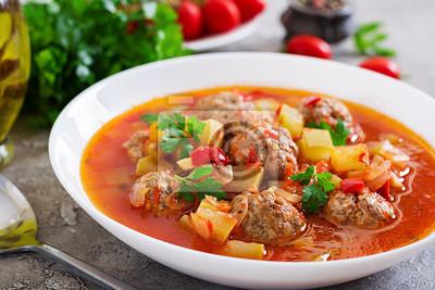 Zupa pomidorowa gorącego gulaszu z klopsikami i warzywami zbliżenie w misce na stole. Zupa Albondigas, hiszpańskie i meksykańskie jedzenie.