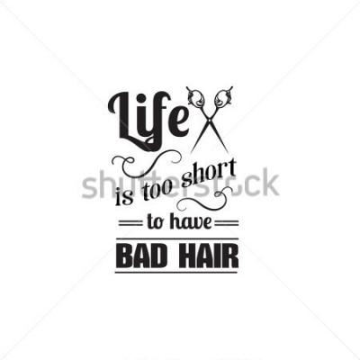 Plakat Życie jest za krótkie, by mieć złe włosy. Cytat typograficzne tło o włosach z ilustracją starych nożyczek. Szablon wektor transparent poster i koszulówki wizytówki