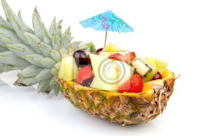 ananas pełen świeżych letnich owoców na białym tle